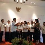 Ketua DPD IHGMA Jawa Timur Joko S. Widiyanto (kiri) saat melakukan pengukuhan IHGMA Cabang Malang. (Istimewa).