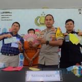 Polisi mengamankan pelaku Edy Hartanto dan barang bukti penipuan CPNS