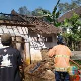 Petugas pemadam kebakaran saat berupaya memadamkan api, Kecamatan Wagir (Foto : PPBK Kabupaten Malang for MalangTIMES)