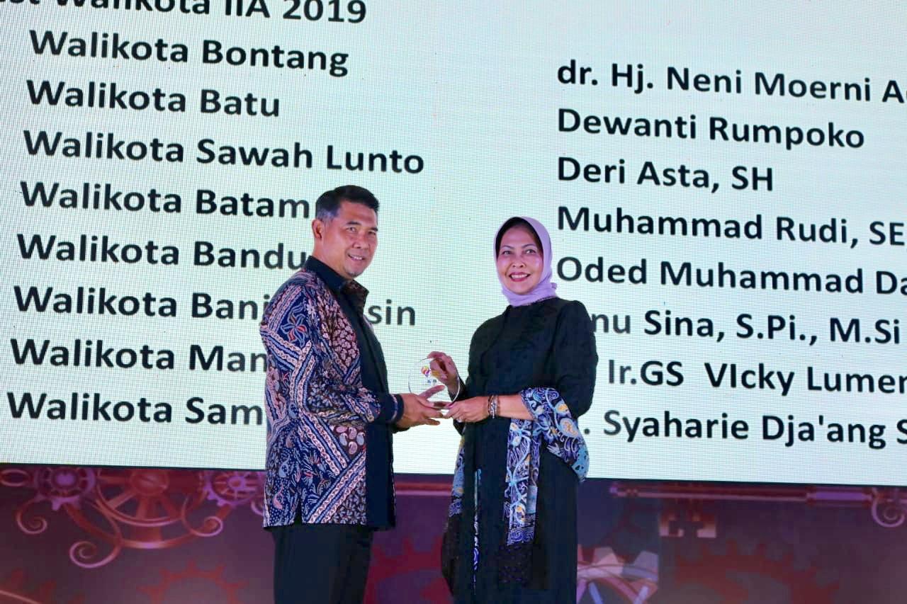 Wali Kota Batu saat menerima penghargaan di Grand Ballroom The Fairmont Hotel Jakarta,Kamis (25/4/2019). (Foto: istimewa)