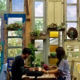 Pengunjung saat menikmati di Retrorika Cafe & Bar, Desa Bumiaji, di Kota Batuz. (Foto: Irsya Richa/MalangTIMES)