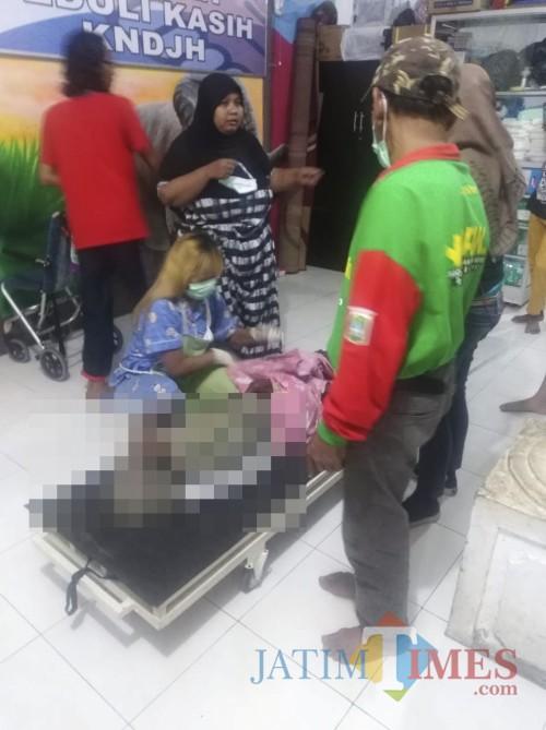 Proses evakuasi Rames, korban kebiadaban anak durhaka saat dievakuasi ke yayasan sosial, Kecamatan Karangploso (Foto : Polsek Karangploso for MalangTIMES)