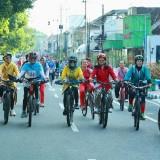 Para perempuan berkebaya bersepeda di Women Cycling Challenge