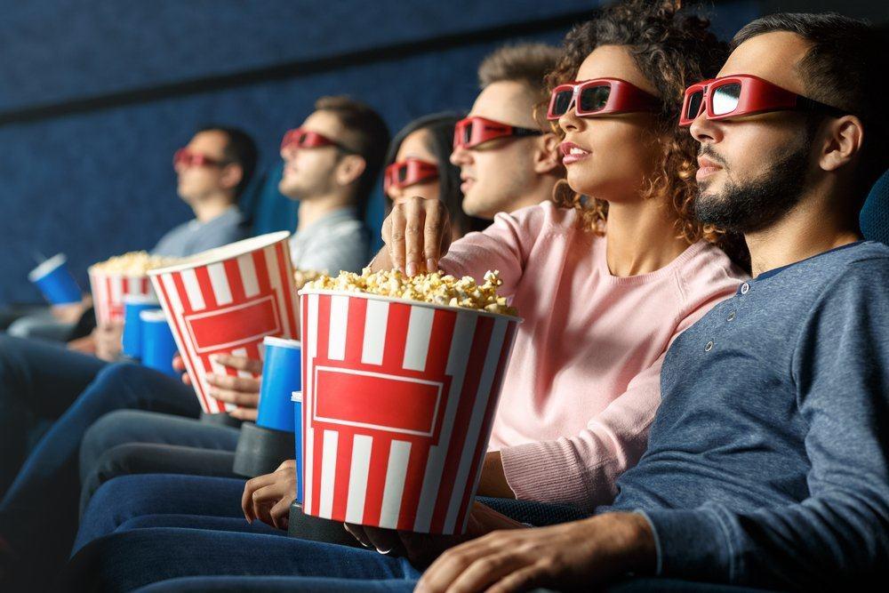Секс в кинотеатре блондинка попкорн онлайн, порносайты раком в туалете