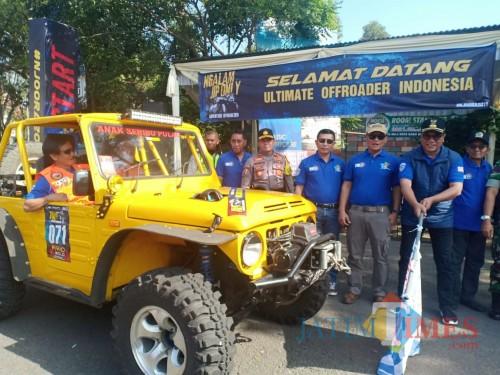 Wakil Wali Kota Malang Sofyan Edi Jarwoko saat memberangkatkan peserta Country Road Malang. (Foto: Humas Pemkot Malang for MalangTIMES)