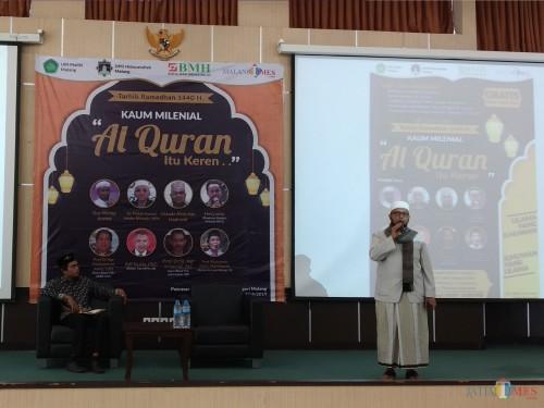 Ustadz Abdullah Hadromi (berdiri) saat mengisi acara Tarkhib Ramadan 1440 H kerjasama antara DPD Hidayatullah Malang dan MalangTIMES yang berlangsung di lantai 4 Gedung Pascasarjana UIN Malang (Pipit Anggraeni/MalangTIMES).