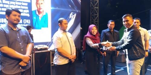 Wartawan MalangTIMES (hijab merah) Pipit Anggraeni saat menerima penghargaan dalam acara Lomba Jurnalistik Sadar Pajak BP2D Kota Malang, Sabtu (28/4/2019) malam. (Istimewa).