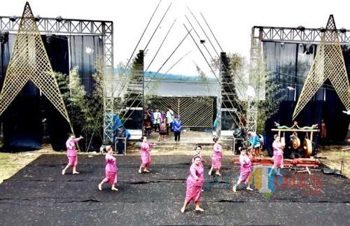 Penampilan sanduk dalam Festival Brantas 2019, Minggu (28/4/2019) (Foto: Irsya Richa/MalangTIMES)
