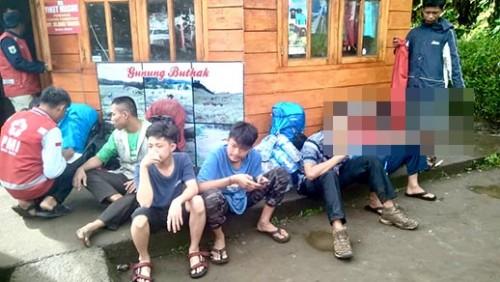 Para pendaki yang berhasil dievakuasi di Pos Pantau Kebakaran Gunung Panderman, Kota Batu,Senin (29/4/2019). (Foto: istimewa)