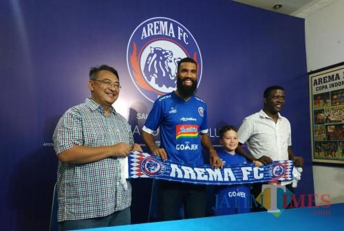 Sylvano Comvalius saat dikenalkan sebagai pemain Arema FC (foto: Hendra Saputra/ MalangTIMES)
