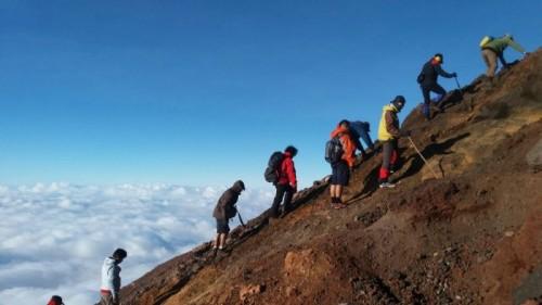 Ilustrasi pendakian. (Foto: istimewa)
