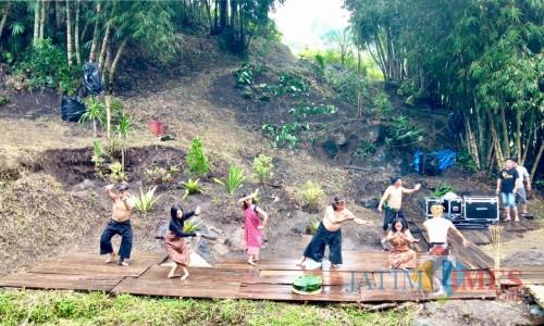 Para penari menaridi Sumber Rewok, Dusun Tlogorejo, Desa Bumiaji, Kecamatan Bumiaji. Batu menari ini digelar untuk memperingati Hari Tari Se-Dunia tepat Senin (29/4/2019). (Foto: Irsya Richa/MalangTIMES)
