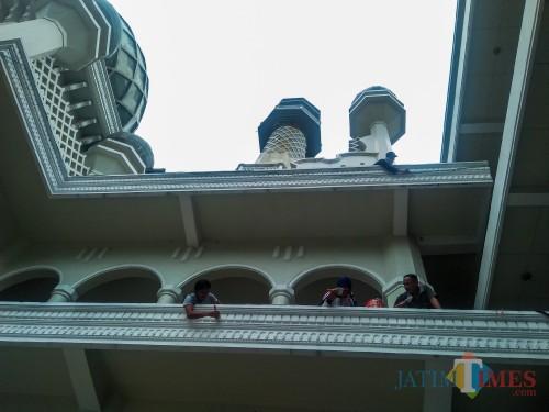 Pemeliharaan dengan pengecatan ulang dinding masjid Agung Jami' Kota Malang jelang bulan Ramadhan (Luqmanul Hakim/Malang Times)