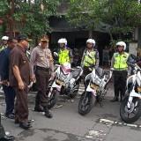 Wakapolres,  Kompol Andik Gunawan didampingi Forkopimda lakukan inspeksi kesiapan pasukan (foto : Joko Pramono/Jatim Times)