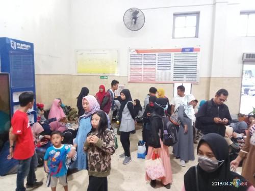 Para penumpang yang terpaksa harus gigit jari karena kereta batal berangkat (Anggara Sudiongko/MalangTIMES)