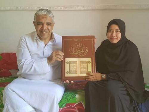 Fitria Dewi Masyitoh saat menerima hadiah langsung dari Syeikh Belaid Hamidi Master Khat Internasional dari Maroko di Jakarta, Senin (22/4). (Foto: Humas).