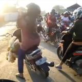 Bikin Ngakak Sekaligus Terharu, Kelakuan Emak-Emak Terobos Palang Kereta Jadi Viral