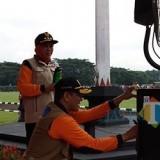 Gubernur Jatim Khofifah Indar Parawansa bersama Kepala Badan Nasional Penanggulangan Bencana (BNPB) Letjen Doni Monardo secara simbolis mengisi air ke dalam tumbler untuk memerangi sampah plastik. (Pipit Anggraeni/MalangTIMES).