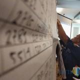 Petugas KPU melaksanakan rekapitulasi penghitungan suara. (eko Arif s /JatimTimes)