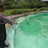 Kapolsek Kalibaru AKP Abdul Jabar melihat kolam renang tempat korban tenggelam