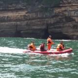 Tim SAR saat melakukan pencarian dua pemancing yang hilang terseret gelombang di Pantai Coro. (ist)