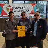 Doni Istyanto ketika melapor ke kantor Bawaslu Surabaya