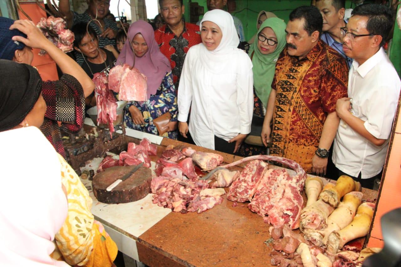 Gubernur Jatim Khofifah ketika melakukan sidak di pasar
