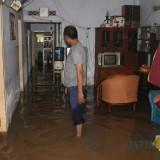Kondisi rumah salah satu warga Dusun Beluk, Desa Jombok, Kecamatan Kesamben, terlihat terendam air hingga masuk ke dalam rumah. (Foto : Adi Rosul / JombangTIMES)