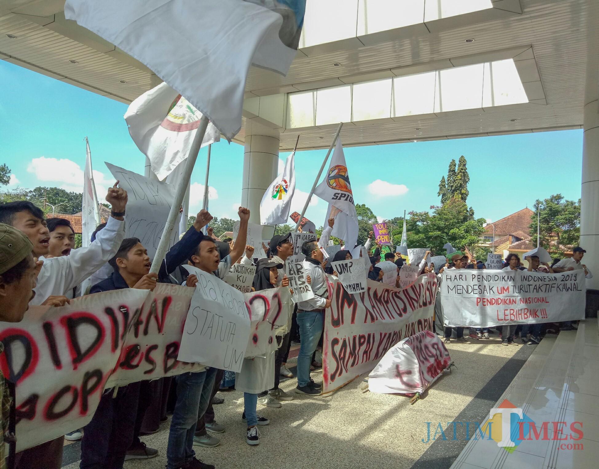 Aliansi Mahasiswa Universitas Negeri Malang (UM) saat beraksi di depan Graha Rektorat UM. (Foto: Imarotul Izzah/MalangTIMES)