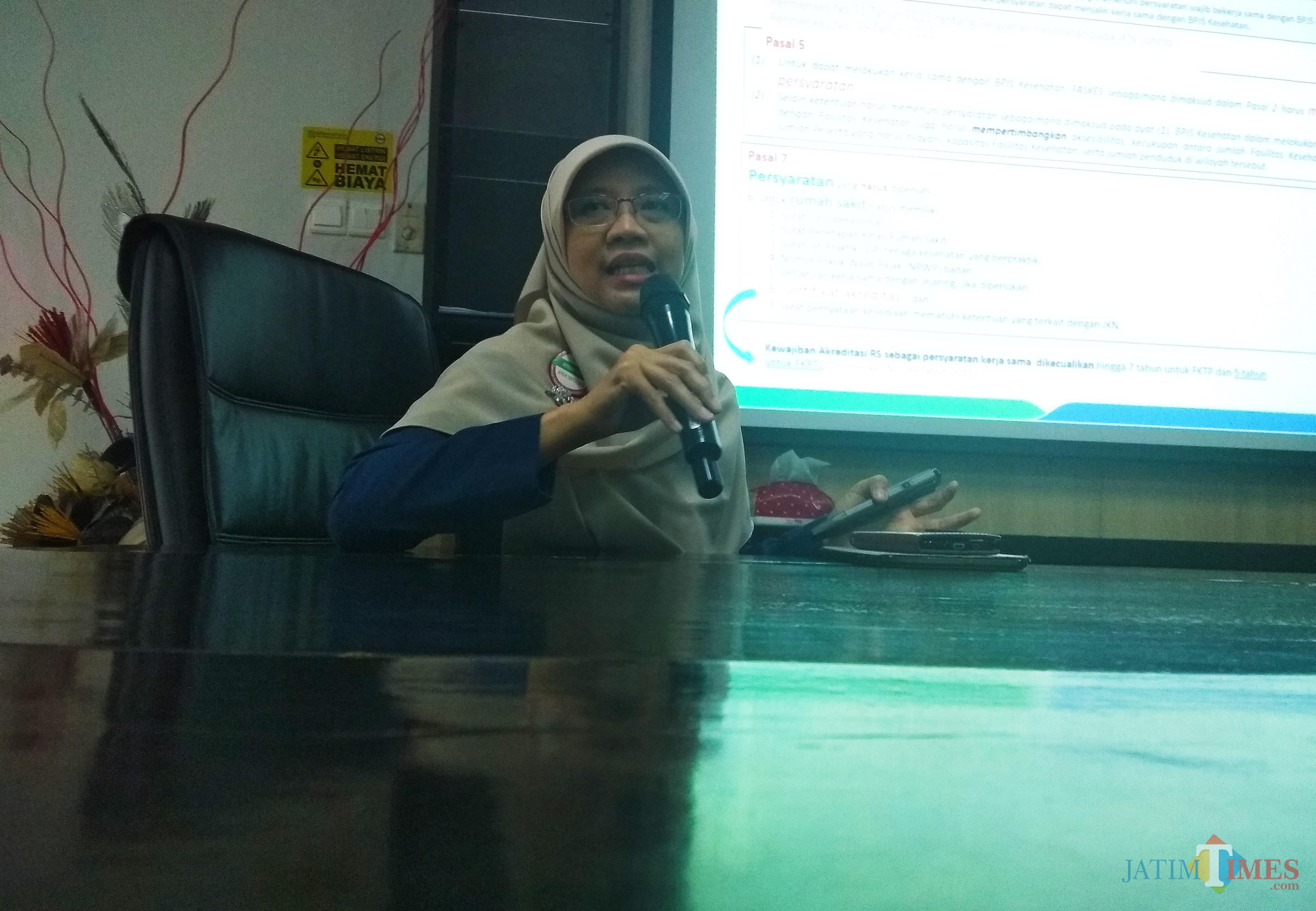 Kepala BPJS Kesehatan Cabang Kediri Yessi Kumalasari saat konferensi pers di kantornya. (eko Arif s /JatimTimes)