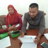 Heri Nurdianto (kanan) Ketua Dewan Pendidikan Kota Kediri saat memberikan keterangan kepada awak media. (eko Arif s /JatimTimes)