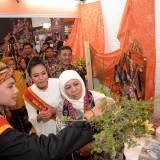 Gubernur Jatim Khofifah Indar Parawansa saat meninjau pameran The 20th Majapahit International Travel Fair (MITF) di Exhibition Hall Grand City