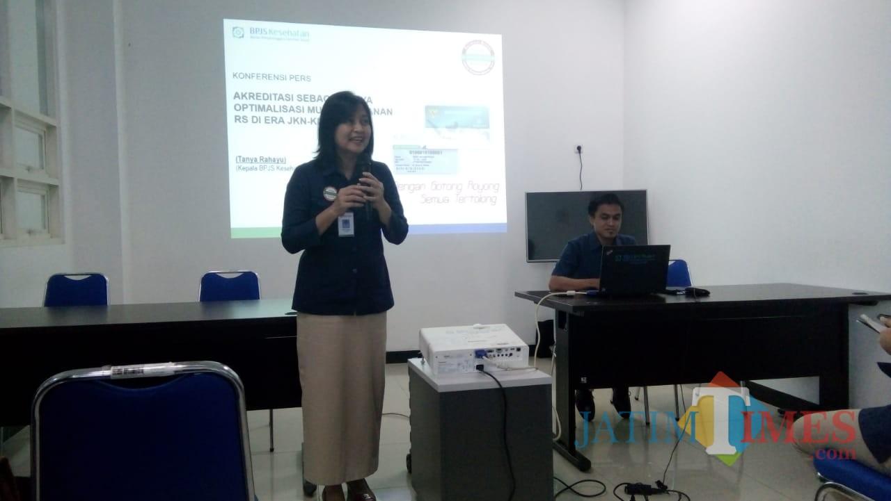 Kepala BPJS Cabang Jember Tanya Rahayu saat memberikan penjelasan tentang akreditasi rumah sakit (foto : Moh. Ali Makrus / Jatim TIMES)