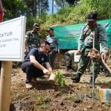 Kepala Bagian Humas PT. Gudang Garam Iwan Tri Cahyono saat menanam pohon di lereng Gunung Wilis (Foto: Eko Arif S/ JatimTIMES)