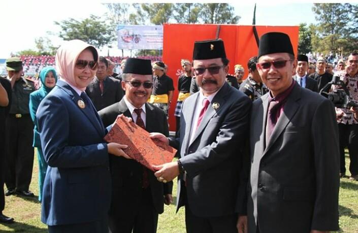 Wali Kota Batu Dewanti Rumpoko (pakai kerudung) menyerahkan cindera mata kepada Ketua DPRD Cahyo Edi Purnomo.