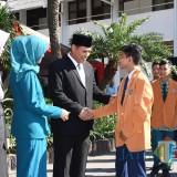Walikota Kediri Abdullah Abu Bakar saat memberikan sertifikat kepada salah satu siswa. (eko Arif s /JatimTimes)