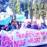BEM Nusantara Jatim saat melakukan aksi di DPRD Banyuwangi
