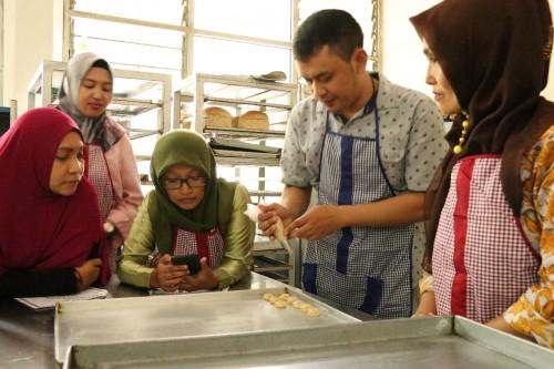 Beberapa warga Desa Dosowarih saat mengikuti pelatihan pembuatan snack berbahan kopi. (Foto: Santy for MalangTIMES)