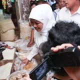 Gubernur Jawa Timur Khofifah Indar Parawansa saat meninjau harga bahan pokok di Pasar Pahing Kota Kediri