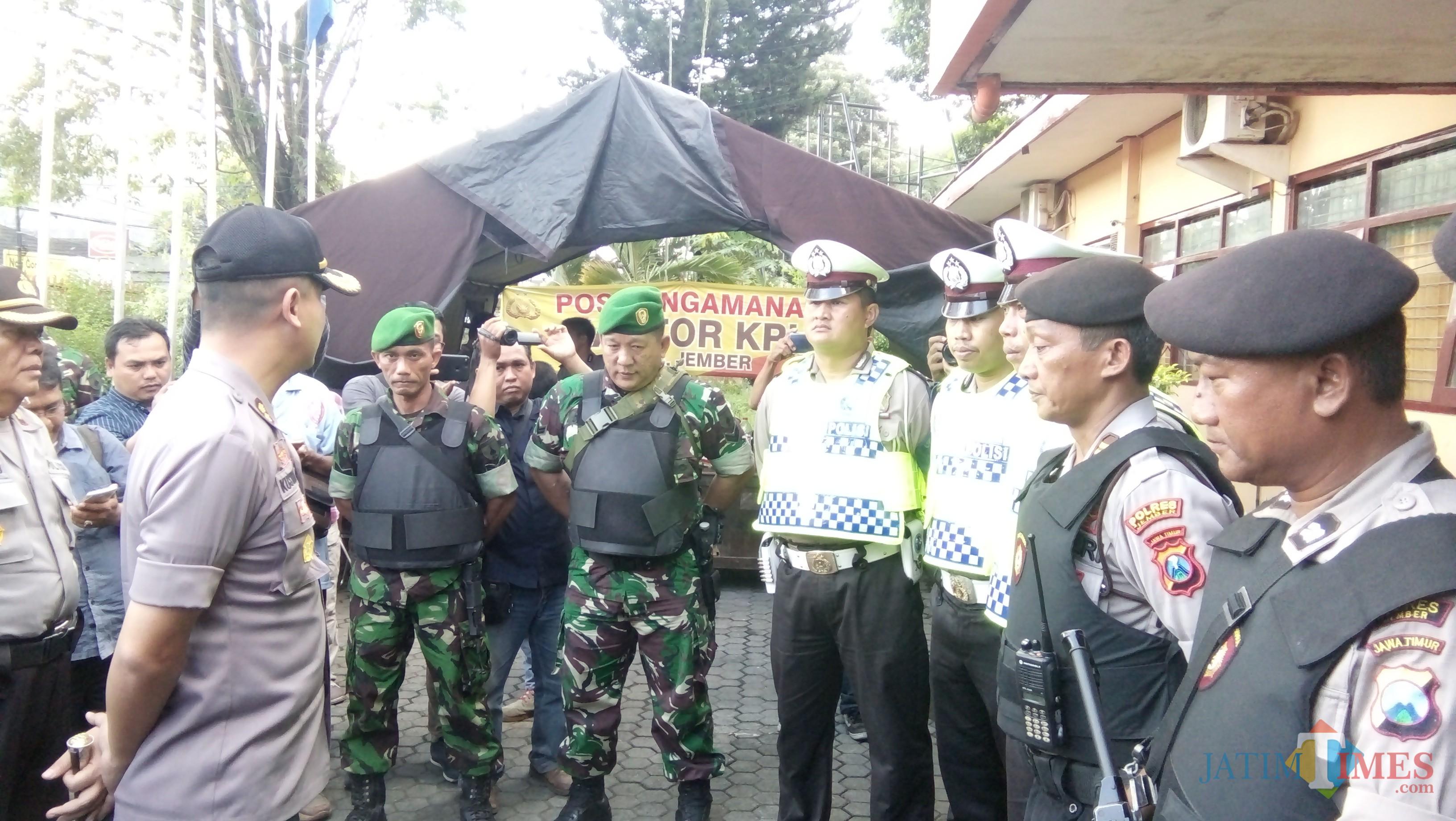 Kapolres Jember AKBP. Kusworo Wibowo saat memberikan APP kepada petugas pengawalan form DB1 dari Jember ke Surabaya (foto : Moh. Ali Makrus / JatimTIMES)