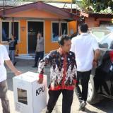 Ketua Komisioner KPU Tulungagung, Mustofa (baju putih) membawa hasil rekap di dalam kotak suara untuk dikirim ke provinsi (ist)