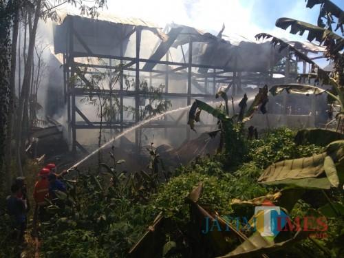 saat berupaya memadamkan api, Kecamatan Turen (Foto : PPBK Kabupaten Malang for MalangTIMES)