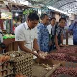 Satgas Pangan Polres Blitar bersama instansi terkait saat sidak pasar