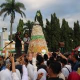 Suasana grebeg apem di Alon-Alon Kabupaten Jombang. (Foto : Adi Rosul / JombangTIMES)