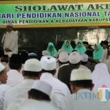 Suasana salawat akbar peringatan Hardiknas di pendopo Kabupaten Jombang. (Foto : Adi Rosul / JombangTIMES)