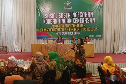 Christiana Sahertian saat memberikan arahan kepada peserta sosialisasi Dinsos Kota Malang (foto: Hendra Saputra/ MalangTIMES)