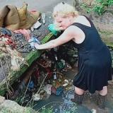 Selokan Tersumbat Sampah, Bule Ini Turun Tangan