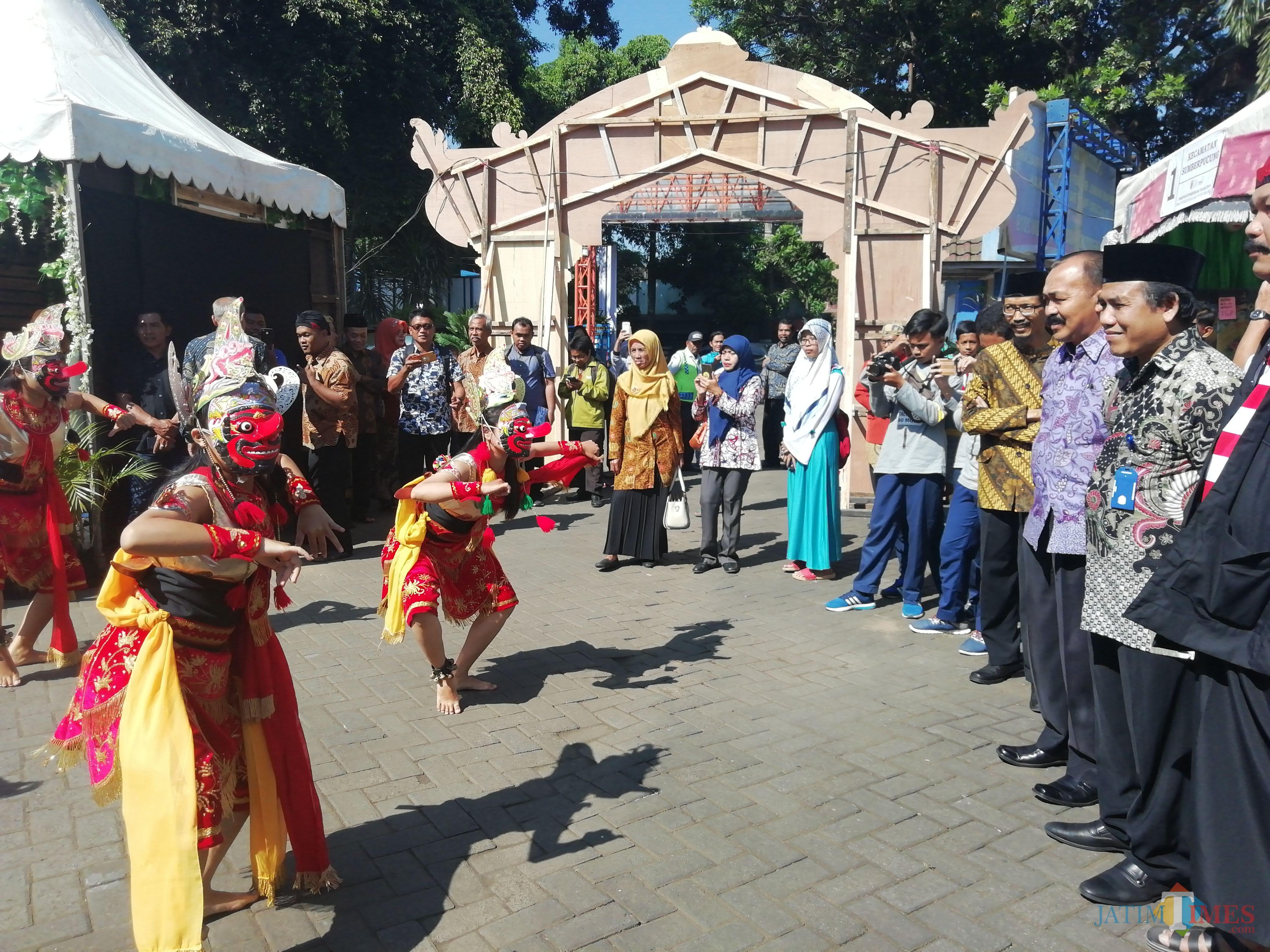 Gus Dur (2 dari kanan) saat disambut dengan tarian Topeng para pelajar SMP dalam pameran pendidikan Disdik Kabupaten Malang (foto: Nana/ MalangTIMES)
