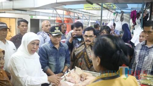 Gubernur Jawa Timur Khofifah Indar Parawansa (kenakan hijab putih) saat memantau harga kebutuhan pokok di Pasar Dinoyo, Sabtu (4/5/2019) (Pipit Anggraeni/MalangTIMES)
