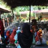 Suasana para peziarah saat sedang berdoa di sekitar makam Gus Dur di kompleks makam keluarga Tebuireng Jombang. (Foto : Adi Rosul / JombangTIMES)